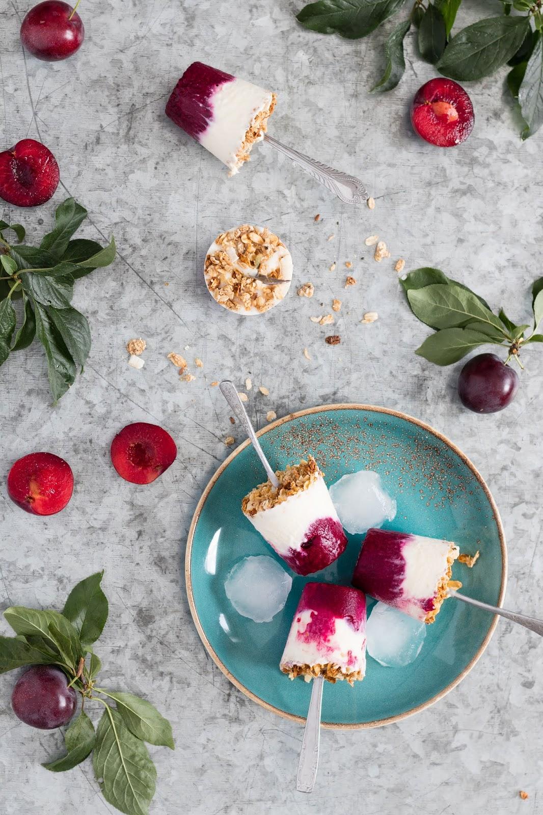 Gelado de ameixa, iogurte e granola