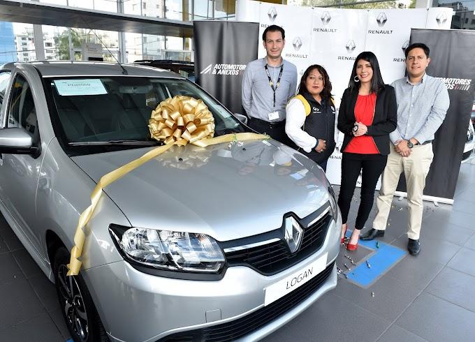 """Renault entrega auto a ganadora del concurso """"Compra, gana y disfruta en familia"""""""