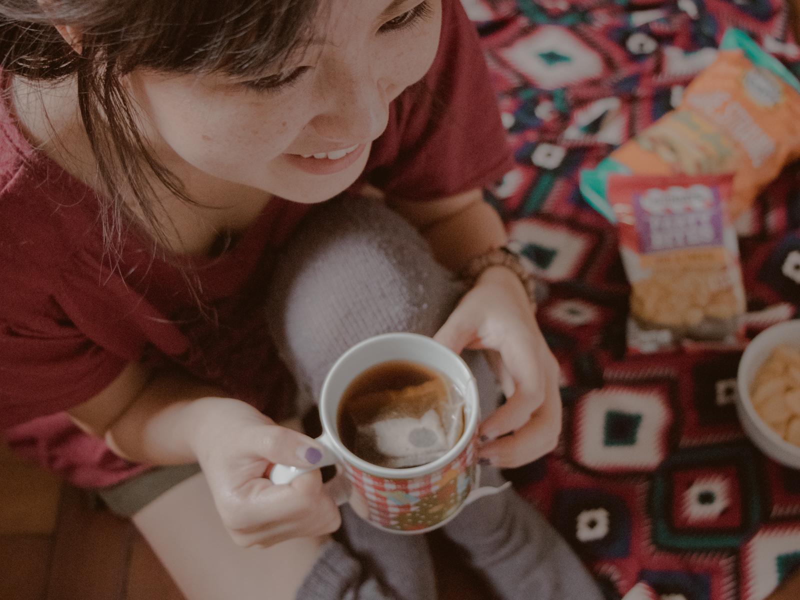 garota tomando chá