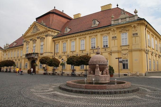 Piros-fehér-zöldbe öltözik a fehérvári városháza a magyar-német előtt