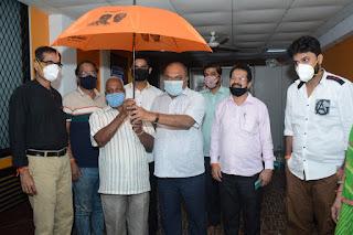 #JaunpurLive : उद्धव ठाकरे के जन्मदिन निमित्त वरिष्ठ नागरिकों को मुफ़्त छतरी