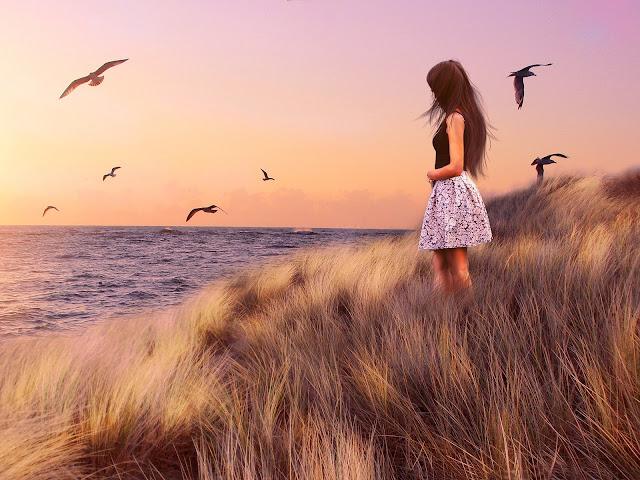 Mulher nova olhando o mar