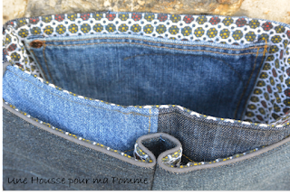 """Sac Besace en jeans recyclés monté façon patchwork, intérieur coton ethnique, passepoil gris, deux poches en soufflet devant, biais gris sur le rabat, entièrement doublé pour le rendre semi-rigide, anse coton bleu marine, boucles couleur laiton vieilli. Dimensions : 24 x 18 x 7 cm environ.  Les jeans portés recyclés parfois délavés par le temps apportent cette """"petite chose en plus"""" à cette pièce unique"""