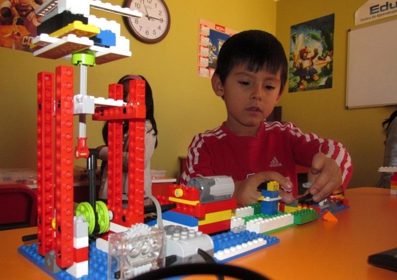 Utilizar robots y robótica es una forma atractiva y práctica de enseñar a los niños conceptos importantes