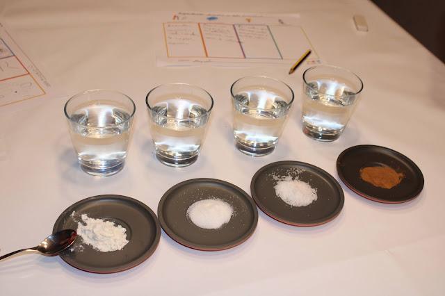 4 copos de água e 4 pires com farinha, açúcar, sal e canela