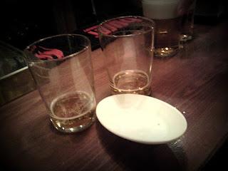 Dos vasos vacíos y un plato, también vacío.