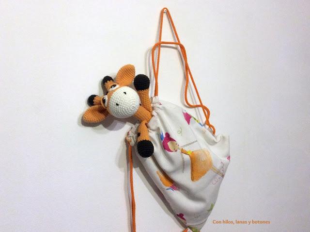 Con hilos, lanas y botones: Greta jirafa amigurumi (patrón Cucapuntoes)