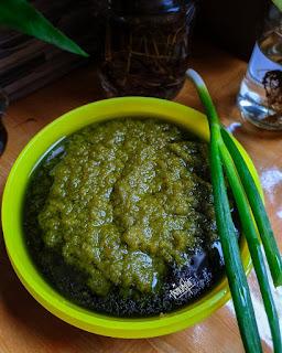 Membuat bumbu nasi goreng hijau dengan bahan dasar bawang daun dengan aroma yang harum dan warna yang menarik