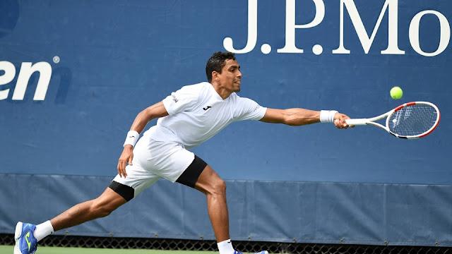 Thiago Monteiro tentando defender uma bola durante sua partida no US Open