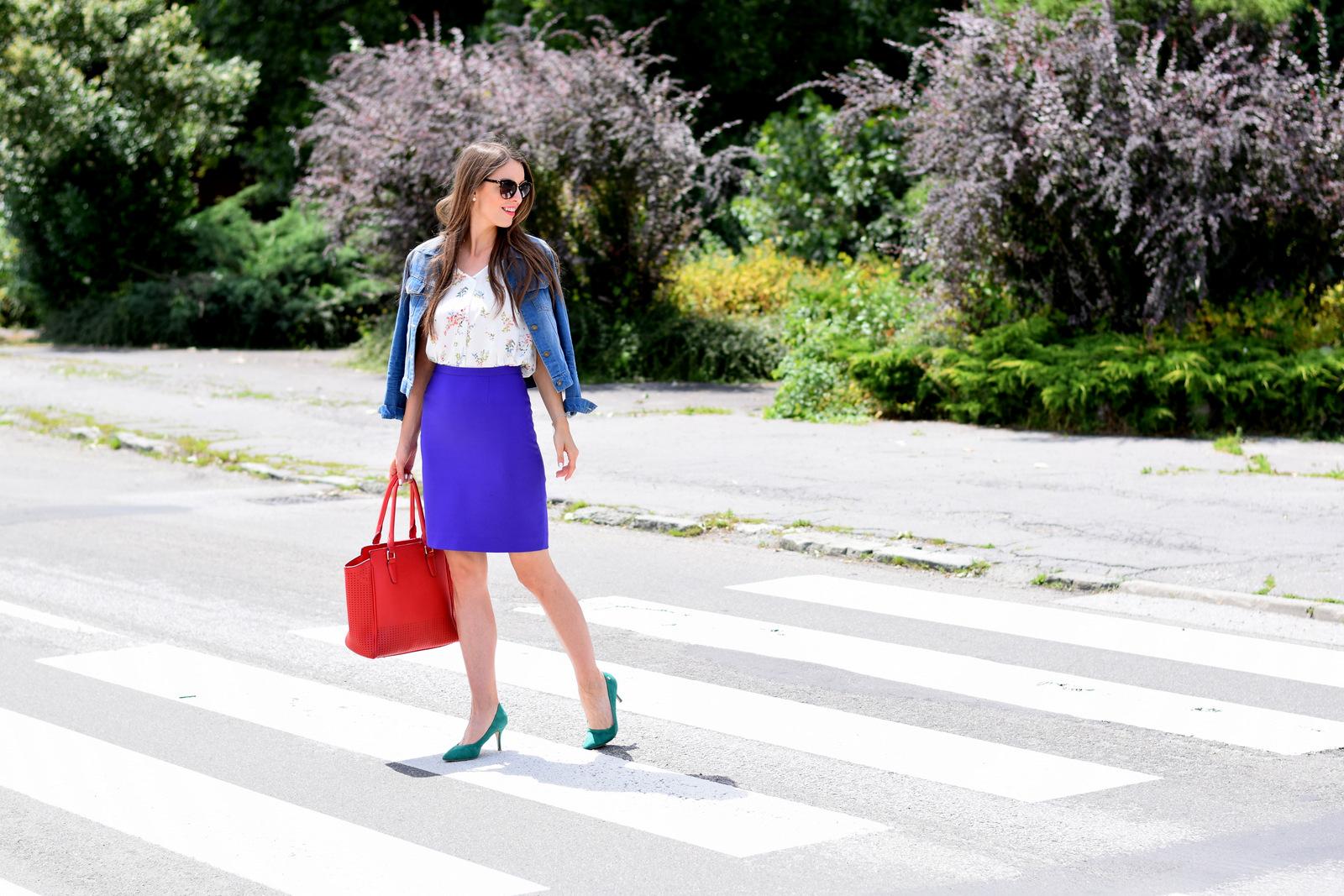 farebný outfit // fialová sukňa, zelené lodičky, červená kabelka