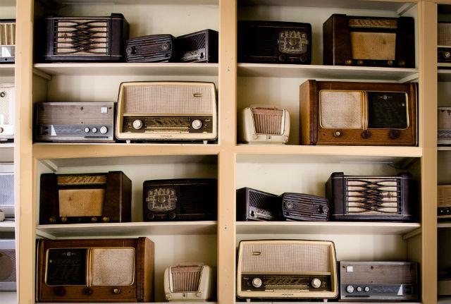 estantería con radios antiguas