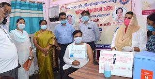 स्वास्थ्य केंद्र पहुँच कुलपति ने शिक्षकों का कराया टीकाकरण | #NayaSaberaNetwork