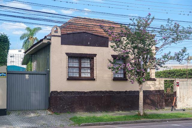Casa de madeira e com fachada em alvenaria