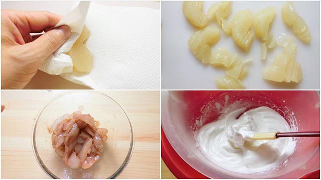 梨は皮をむき、芯を取り除いたら八等分に切り分け、レモン汁を振りかけて5分置いたらキッチンペーパーで余分な水分を拭き取り、薄切りにします。  薄く切ったらボウルに入れ、シナモンを振りかけて全体に馴染むように混ぜたらそのまま置いておきます。  氷水を入れたボウルの上に卵白を入れたボウルを重ね、ハンドミキサー(高速)で泡立て、白っぽくなってきたら砂糖を2~3回に分けて加えます。 ミキサーで混ぜながら角が立つまでしっかり泡立てます。
