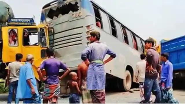 উল্লাপাড়ায় বাস-ট্রাকের ত্রিমুখি সংঘর্ষ, নিহত ১ আহত ৫