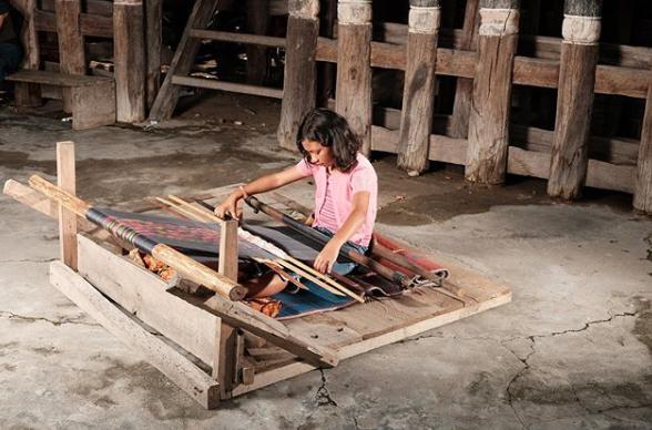 Desa Lumban Suhi-Suhi, Desa Wisata Kerajinan Ulos | Budaya