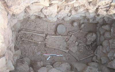 Σπάνιος τάφος με σκελετό γυναίκας και χρυσό περιδέραιο στην ανασκαφή Σίσι στο Λασίθι