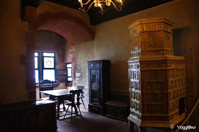 Le belle stufe che arredano le stanze del castello di Haut Koenigsbourg