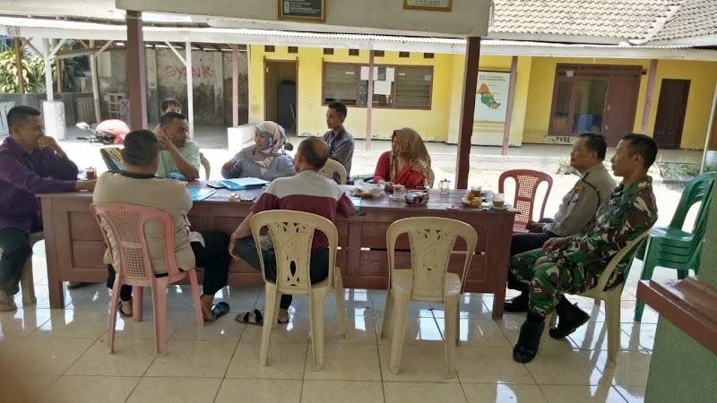 Babinsa Koramil 13/Wonorejo Komsos Dengan Perangkat Desa Karangnenggah