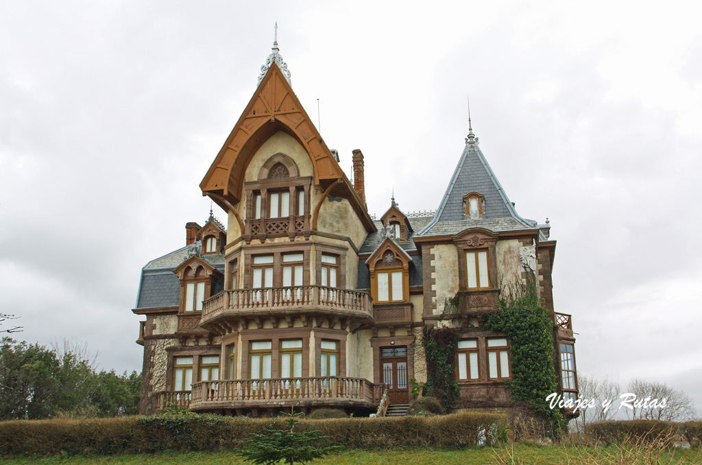 El Duque, Comillas