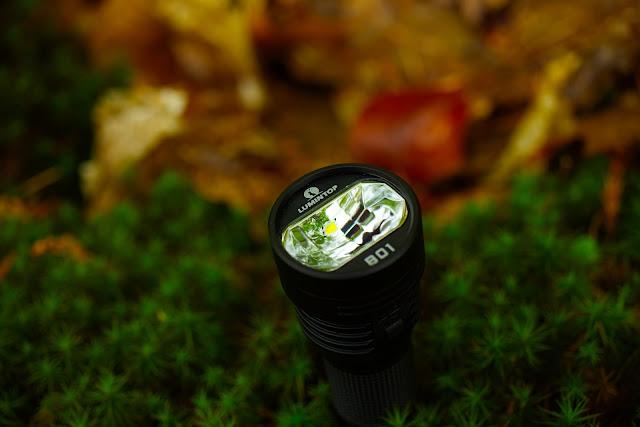 Lumintop B01 z widoczną diodą w górnej części reflektora