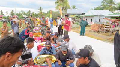Warga Lapaukke Gelar Makan Pinggir Jalan Atas Syukuran Pembangunan Akses Desa