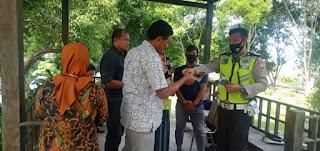 Sosialisasi Prokes di Kantor DLHD, Satlantas Polres Enrekang Bagi-bagi Masker