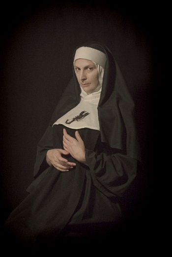 Photo by Tami Bahat - The Nun - 2015 - From the Dramatis Personae series | fotos surrealistas bellas, imagenes chidas de obras de arte contemporaneo en claroscuro