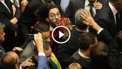 Vídeo: Jean Wyllys cospe em Jair Bolsonaro e corre