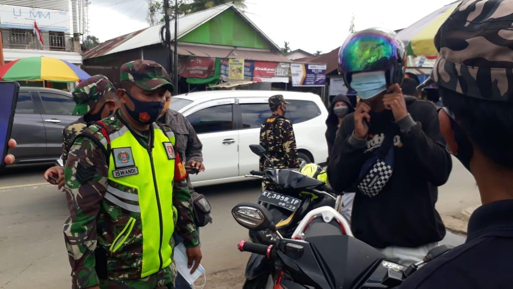 Tim Gabungan TNI-Polri dan Satpol PP Sosialisasikan Perwali No 43 di 3 Pasar dan Bagikan 400 Masker