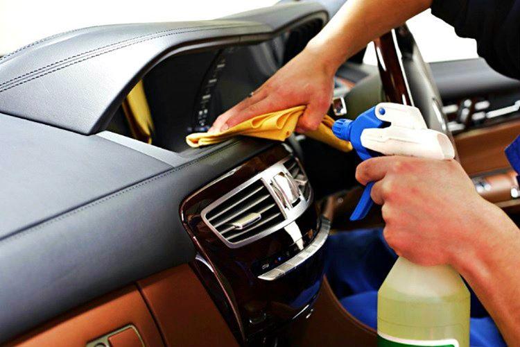 Otomobil konsolunu daha temiz ve ışıltılı göstermek istiyorsanız, konsolun üstüne bir miktar zeytinyağı sürmelisiniz.