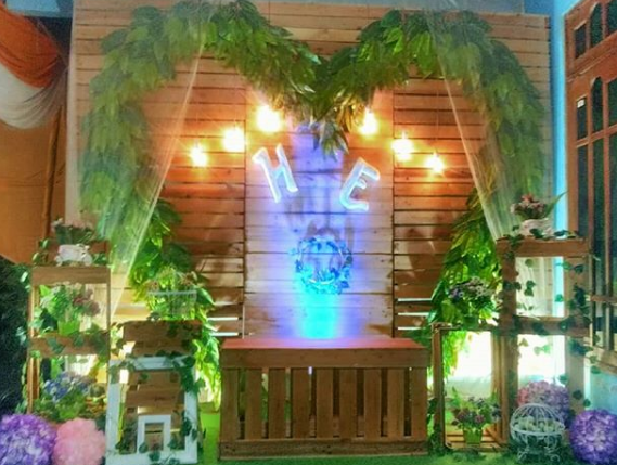 Backdrop Photobooth Pernikahan Dengan Kayu Jati Belanda