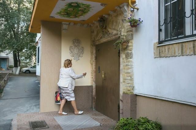 В Ростове-На-Дону жильцы одного из домов превратили обычный подъезд в произведение искусства