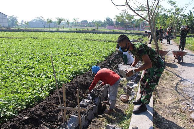Koramil Cawas Bantu Gotong Royong Pembangunan Talud Saluran Irigasi