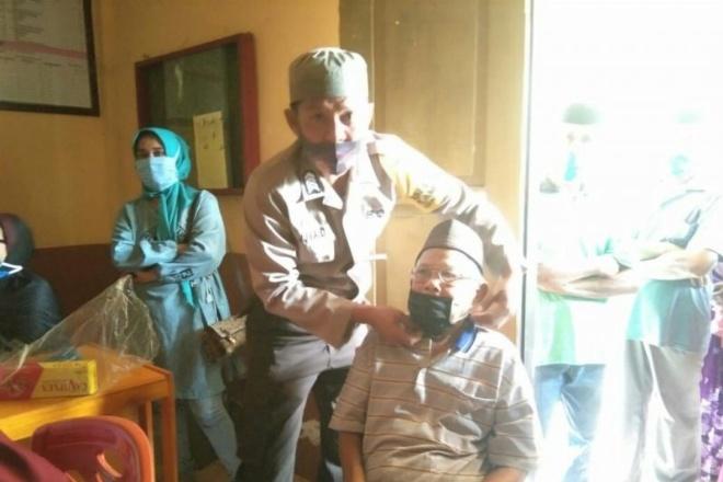 Tekan Penyebaran Covid-19, Pemerintah Desa Passempe Bagikan Masker