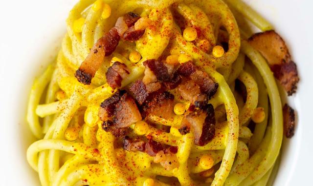 Bucatini con salsa e drop allo zafferano, guanciale croccante e paprika