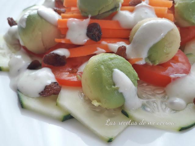 Ensalada con salsa de yogur y pasitas