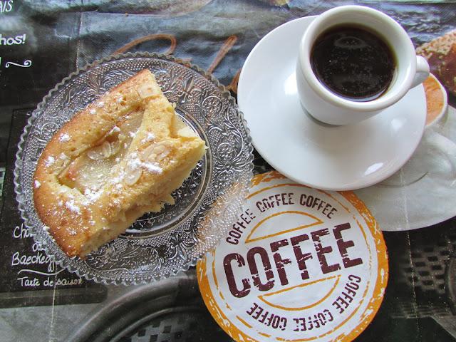 ciasto z gruszkami i kawa