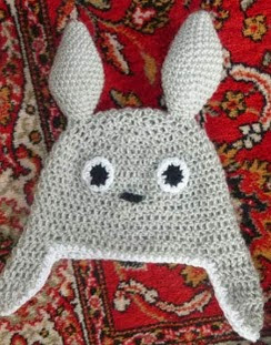 http://translate.google.es/translate?hl=es&sl=en&tl=es&u=http%3A%2F%2Fkulukala.blogspot.fr%2F2013%2F08%2Ftotoro-hat-pattern-not-finished-yet.html