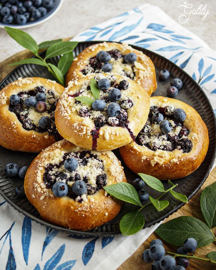 okragle-bulki-z-fioletowymi-owocami