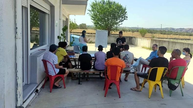 Οι εθελοντές εκπαιδευτικοί που παλεύουν για τα «αόρατα» παιδιά