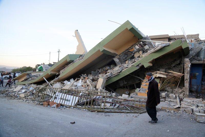 Rumah roboh akibat gempa Iran
