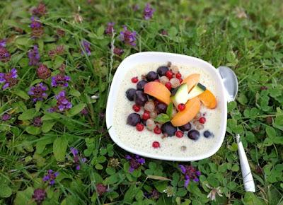 Getreidemüsli mit sommerlichen Früchten und Zuchini-Buttermilch