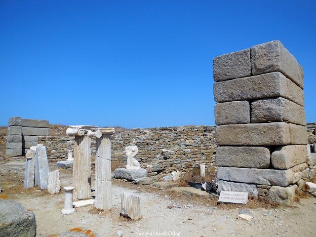 starożytne kolumne, sfink, ścinay granitowe Delos Cyklady Grecja, bezchmurne greckie niebo