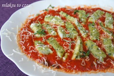 pierogi leniwe ze szpinakiem w sosie pomidorowym