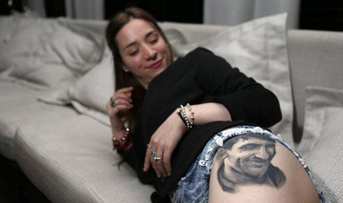 Wanita Cantik Bikin Tato Wajah Messi di Paha