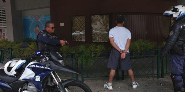 Marginal assalta jovens em saída de igreja, mas não percebe presença da Guarda Municipal de Curitiba (PR) e acaba preso