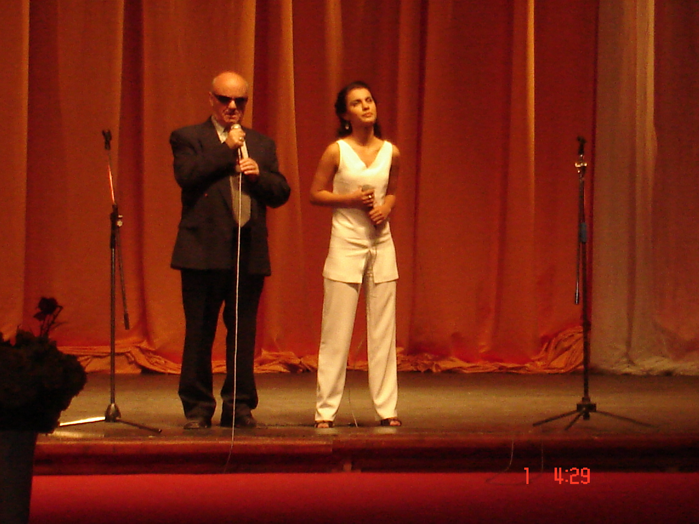 """Koncerti """"Arti Pertej Shikimit"""" u zhvillua me date 15.10.2008, Dita Nderkombetare e Shkopit te Bardhe, ne kuadrin e integrimit kulturor te personave te verber ne jeten artistike dhe shoqerore te vendit Nepermjet realizimit te nje koncerti me artistet e njohur te kenges dhe muzikes shqiptare, artistet e verber kryen duete me talentet instrumentale dhe muzikore nga komuniteti i personave te verber te Shqiperise. Koncerti ishte nje mundesi per dhenien e nje mesazhi te fuqishem mbi integrimin e te gjithe qytetareve shqiptare, pavaresisht nga kufizimi i aftesive shqisore, apo nga statusi shoqeror. Mesazhi qe koncerti i dha shoqerise eshte se si institucionet e kultures, Ministria e Turizmit Kultures Rinise dhe Sporteve ashtu dhe personalitetet me te larta te saj (profesionistet e muzikes dhe kenges), udheheqin garantimin e shanseve te barabarta dhe gezimin e te drejtes se shprehjes se talentit edhe ne fushen e artit, nga ana e personave me aftesi te kufizuara shqisore. Koncerti ishte nje rast i vecante, ne te cilin pjesemarresit do te shpalosen talentin dhe perpjekjet e tyre per te arritur nivele me te vertete te larta te interpretimit te krahasueshme me nivelet profesioniste. Artistet e verber performuan ne skene se bashku me artiste te mirenjohur profesioniste. Performanca e tyre e perbashket me instrumentiste dhe kengetare profesioniste te nivelit kombetar krijoi mundesine artisteve te verber qe te ndihen si personazhe reale dhe te barabarte ne skene. Tashme, nje numer i konsiderueshem personash te verber deshirojne te marrin pjese ne kete aktivitet per vitet ne vijim. Ne funksion te perzgjedhes se me te mireve, nje komision i posacem do te beje perzgjedhjen dhe selektimin bazuar ne eksperiencen dhe talentin e tyre. Kujdes i vecante j'u kushtua krijimit te dueteve, ku nje artist i spikatur ne fushen e tij do te sherbeje si mentori i nje te verbri shume te talentuar ne kete fushe, çka do te kurorezohet me nje duet spektakolar perpara audiences se gjere dhe mediave komb"""