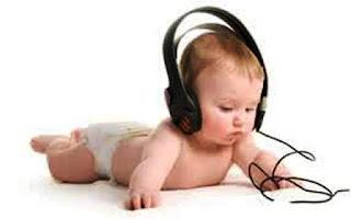 Foto gambar bayi lucu mendengarkan musik 1