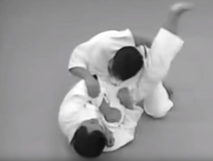 Ude-hishigi-sankaku-gatame – 腕挫三角固